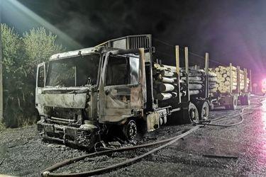 Encapuchados atacan con armas de fuego e incendian camión forestal en Padre Las Casas