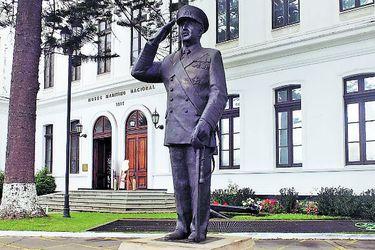 """Armada defiende estatua de José Toribio Merino en Museo Marítimo """"sin perjuicio de sus actuaciones políticas"""""""