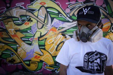 Quién es el grafitero de los polémicos cuadernos Colón