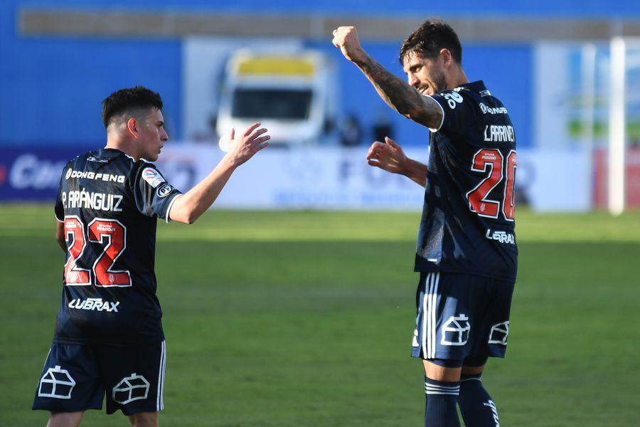 Joaquín Larrivey, delantero de Universidad de Chile, celebra junto a Pablo Aránguiz su doblete frente Antofagasta. Foto: AgenciaUno.