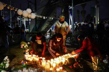 """Mexicanos recuerdan a víctimas del accidente del metro y acusan """"negligencia"""" por falta de mantención"""