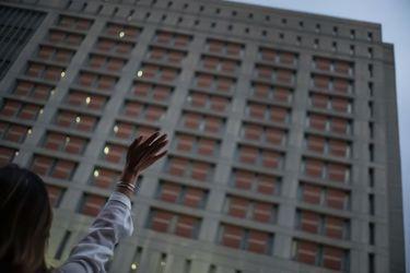 """Reos """"congelados"""" golpean con desesperación las ventanas de cárcel federal en Brooklyn"""