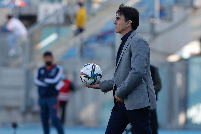Gustavo Quinteros imparte instrucciones durante el Superclásico