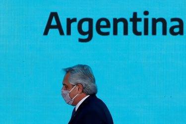 Presidente argentino busca retrasar pagos al FMI y advierte posible aumento de impuestos a exportaciones