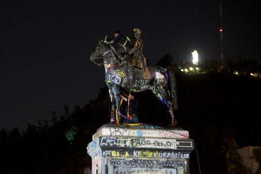 En mitad de la noche comenzaron los trabajos de limpieza y repintado del  Monumento al General Baquedano
