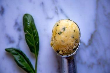 Cómo hacer helado de durazno y albahaca