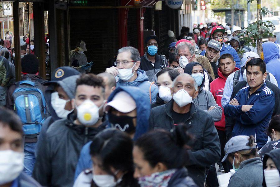 Impacto de la pandemia en el mercado laboral lleva a una fuerte baja en los ingresos de los hogares y deuda sube a récord