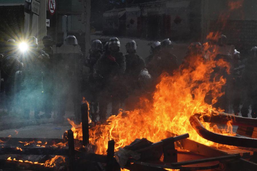 Policía intenta controlar una barrida en nueva manifestación en Hong Kong. (AP)