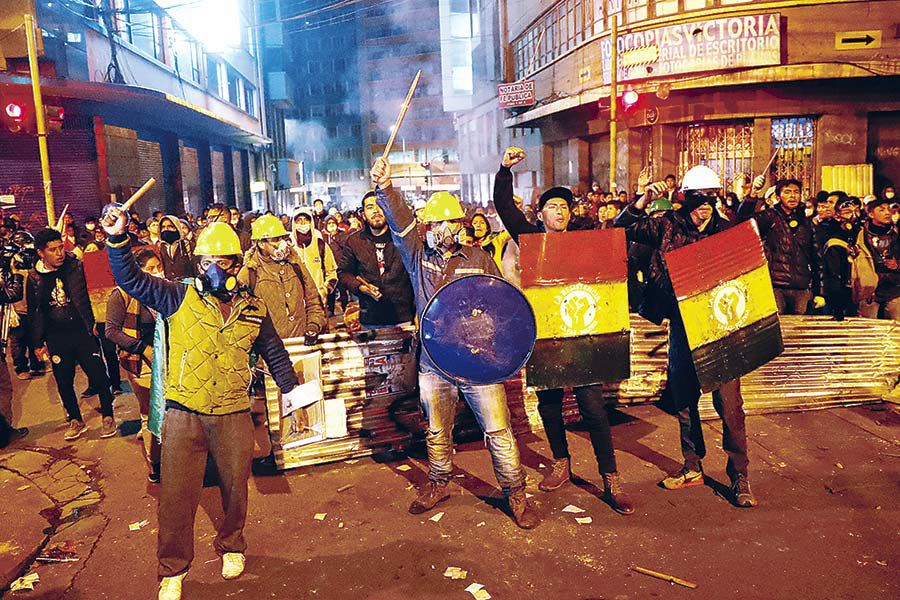 Demonstrators-gesture-during-clashes-between-supporters-and-opponents-of-Bolivia-'s-President-Evo-(47220106)
