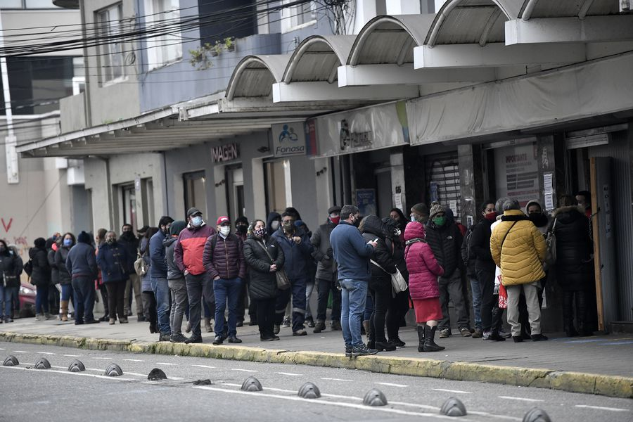 Filas en las afueras de las sucursales de las AFP. Foto referencial.