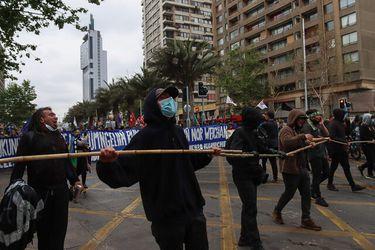 Incidentes en Plaza Italia por manifestaciones terminan con diez detenidos, una mujer lesionada y veinte carabineros heridos