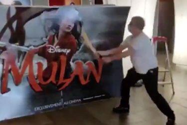 La historia del dueño de un cine francés que se viralizó al destruir a palos la publicidad de Mulán por su estreno digital