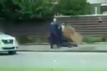 Momento en que policía detiene a uno de los sospechosos del ataque en Nueva Zelandia