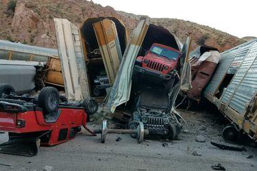Descarrila-un-tren-cargado-de-Jeep-Galdiator-1068x711