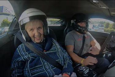 ¡Lleva a su abuela a girar en Nürburgring en un Audi R8!