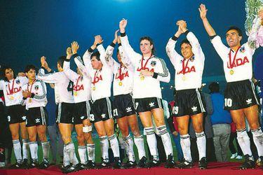 Colo Colo 1991. A 30 años de esta imagen, el plantel albo se reunirá para los festejos oficiales en La Tercera. Foto: Archivo Copesa.