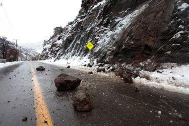 Nieve en sector Oriente de la Región Metropolitana, comuna de Lo Barnechea, un derrumbe de piedras en la carretera camino a Farellones.