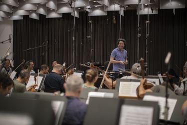 """Gustavo Dudamel crea una """"sinfonía virtual"""" para llevar la música a 100 ciudades"""