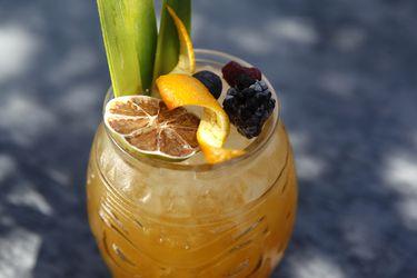 Cómo hacer un trago tropical con ron, maracuyá y Drambuie
