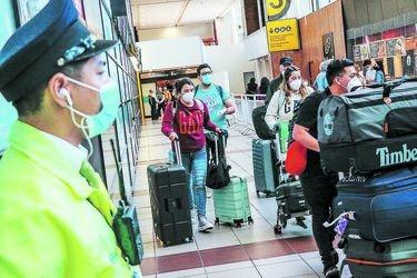 Aeropuerto en caos: el apurado acuerdo del Minsal con Travel Security y Cocha para aislar a viajeros antes del cierre de fronteras