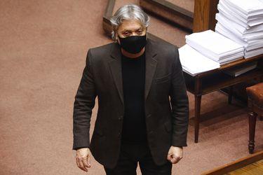 Comisión de DD.HH. elige a senador Alejandro Navarro como presidente de la instancia en sesión marcada por duras recriminaciones cruzadas