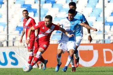José Rojas domina el balón ante la marca de Marco Collao. (Foto: Agencia Uno).