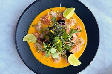 Tiradito de salmón, reineta y camarón en pasta de ají amarillo casera