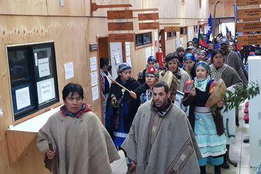 Grupo de más de cien personas mantienen tomada la Municipalidad de Tirúa
