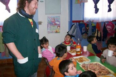 """Apenas 49 hombres en el país son educadores de párvulos: U. de Chile y colectivo """"Cotonas Verdes"""" buscan eliminar estereotipo de que solo las mujeres cuidan"""