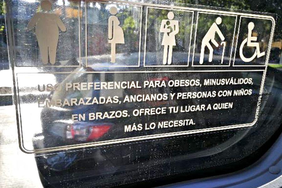 La imagen del cartel que lucen algunos buses nuevos fue difundida por redes sociales.