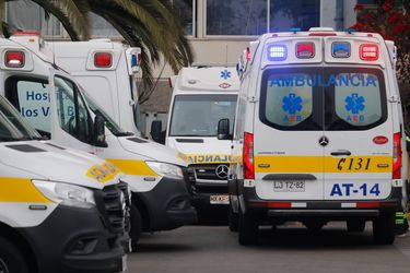 Ambulancias en el hospital Carlos van Buren de Valparaíso. Foto referencial.
