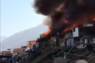 Gran incendio deja 45 viviendas destruidas y 180 damnificados en campamento de Antofagasta