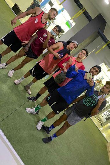 Vidangossy con su amigo Fuad y el grupo de integrantes del grupo de WhatsApp.