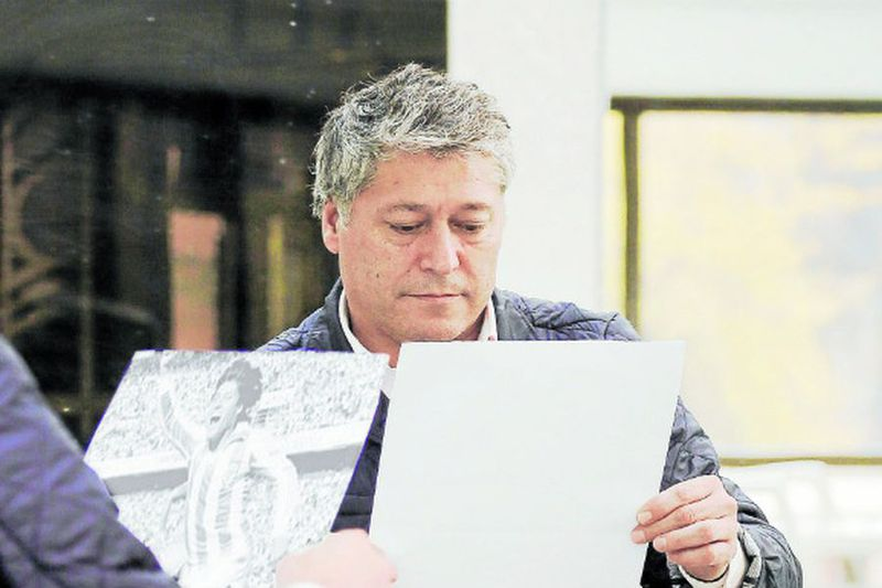 Patricio Yáñez revisa un registro de su carrera