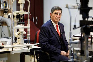 """Dr. Sergio Morales, jefe de la Unidad de Trauma Ocular del Hospital del Salvador: """"Esto ha tenido proporciones que no tienen parangón en la literatura médica universal"""""""