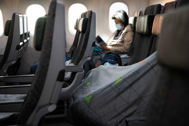 Inesperado: una mujer de 30 años muere en el pasillo de un avión a causa del coronavirus