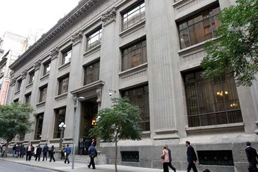Compra de dólares del BC: caen rendimientos de bonos soberanos en UF ante expectativas de inflación