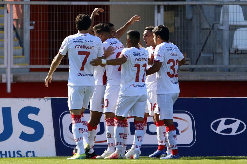 Parte del plantel de Curicó Unido, en el partido de la primera jornada ante Melipilla.