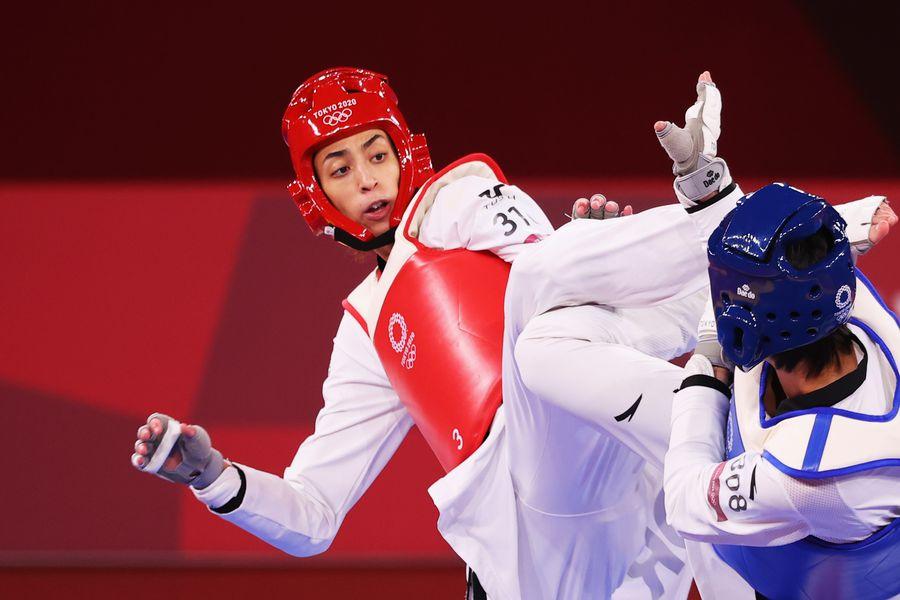 La taekwondista iraní Kimia Alizadeh combate con la china Zhou Lijun, en los cuartos de final de Tokio 2020.