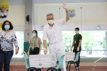 Elecciones con Covid-19 en Singapur: votantes con mascarillas, guantes y distanciamiento social