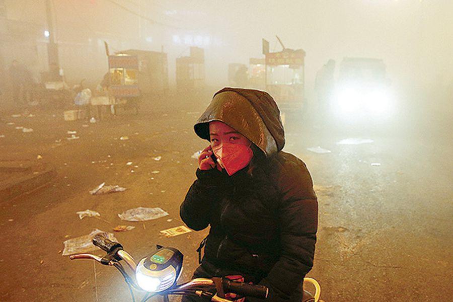 people-make-their-way-through-heavy-smog-on-36069030