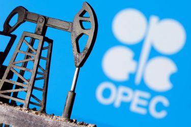 El petróleo retrocede desde el máximo de 10 meses a medida que se recupera el dólar