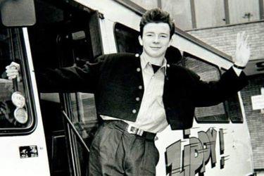 """""""Never Gonna Give You Up"""": cuando Rick Astley dejó de servir el té para ser una estrella"""