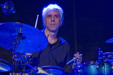 """""""Mi vida es inmensurablemente más rica por haberte conocido"""": artistas reaccionan a la muerte del baterista de King Crimson, R.E.M. y Ministry"""