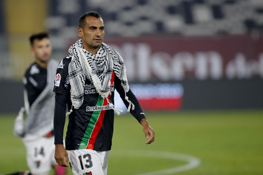 César Cortés ingresa al Monumental cubierto por un kuffiyeh, pañuelo típico palestino