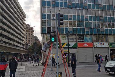 Habilitan en Santiago el primer semáforo operado con inteligencia artificial que da luz verde peatonal cuando detecta aglomeraciones