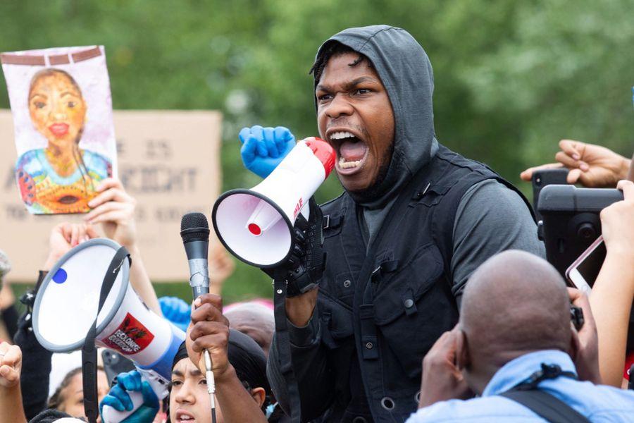 John Boyega dio un apasionado discurso contra el racismo durante una protesta en Londres - La Tercera