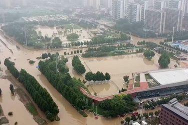 Imágenes de dron muestran la calles de Zhengzhou inundadas luego de estremecedor temporal
