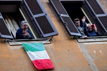 Italianos cantando desde sus casas en cuarentena, el meme que engaña a los famosos