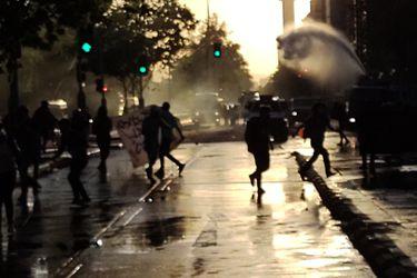 Saqueos, barricadas y alteración del transporte tras nuevas manifestaciones en cercanías de Plaza Baquedano y la Alameda